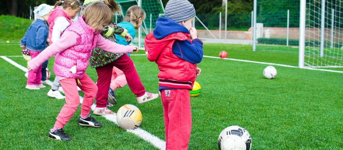 Kleinkinder spielen Fußball